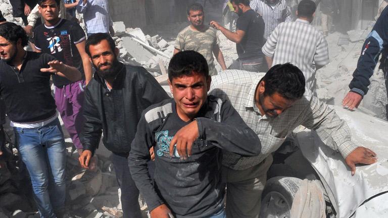 Mueren decenas de personas en un bombardeo del ejército sirio a una ciudad rebelde del norte