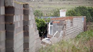 Ver vídeo  'Mueren dos hombres en Cartagena al caerles encima un muro por culpa del viento'