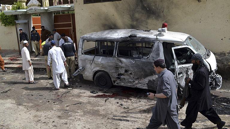 Mueren al menos 30 personas en Pakistán en un atentado suicida en el funeral de un Policía