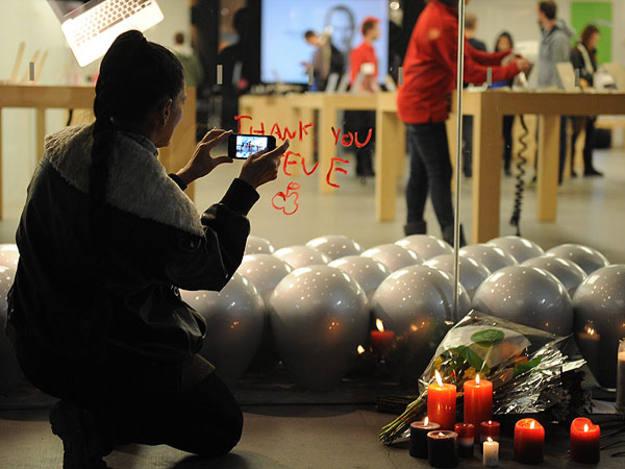 Una mujer fotogragfía con un iPhone un improvisado alta en memoria de Jobs en Santa Mónica (EE.UU.)