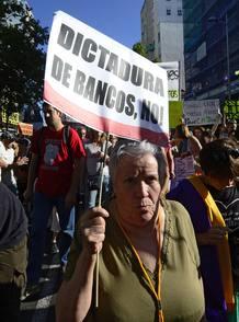 Una mujer protesta ante la sede de Bankia.