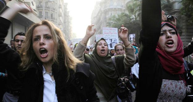 Ver vídeo  'Las mujeres protestan contra la junta militar egipcia'