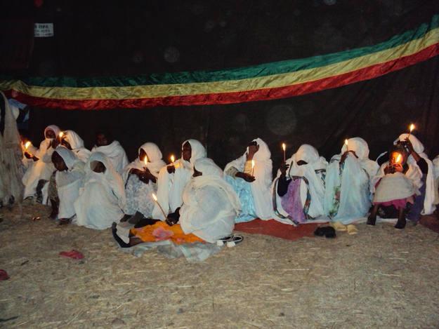 Las mujeres visten de blanco en la celebración del Timkat