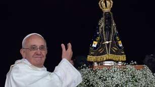 Ver vídeo  'Una multitud recibe al papa bajo la lluvia en el Santuario de Aparecida de Brasil'