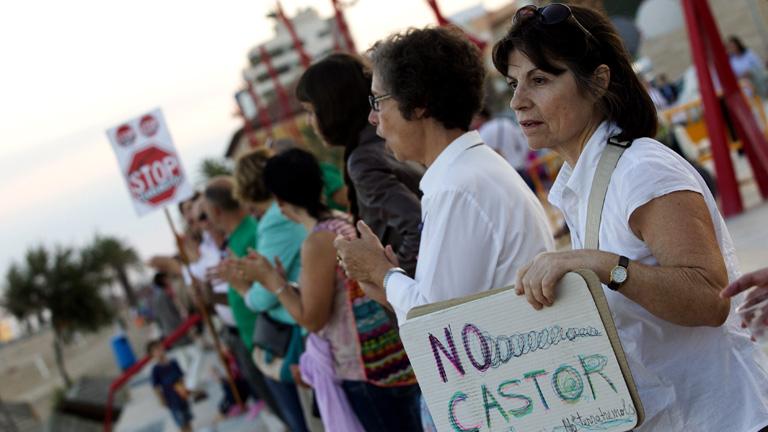 """Un millar de personas forman una """"muralla humana"""" en Vinaròs y piden el cierre del Proyecto Castor"""