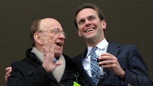 Ver vídeo  'Los Murdoch declaran ante la comisión que investiga las malas prácticas de la prensa británica'