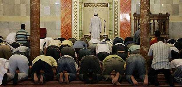 Musulmanes rezando a Alá en una mezquita de Madrid.