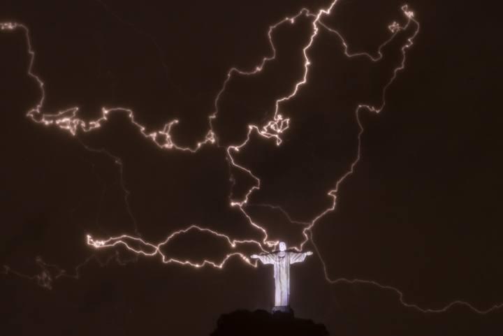 La fuerte tormenta ha dejado barrios sin luz y calles inundadas en Río de Janeiro