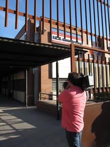 La prensa se ha concentrado desde primera hora a las puertas del nuevo instituto