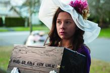 Natasha Calis (Em) con la caja que encierra al Dibbuk