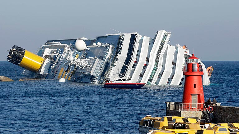 Tres muertos y varios desaparecidos en el naufragio de un crucero