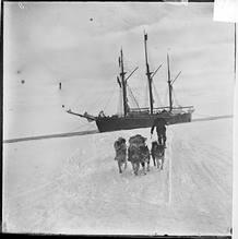 Un miembro de la expedición deja atrás el navío 'Fram', situado al borde del hielo de la Bahía de las Ballenas, en el que llegaron a la Antártida en Diciembre de 1911