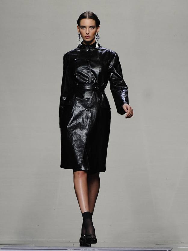 El negro, que no suele aparecer en las colecciones de Ailanto, se decora con laca y caucho para dar un aspecto brillante