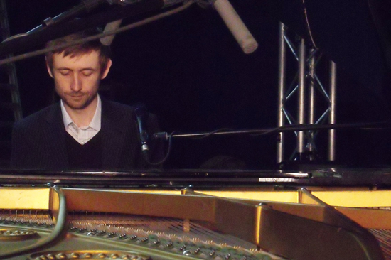"Neil Hannon canta ""Bang goes the knighthood"""
