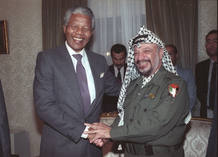 Nelson Mandela con el l&iacute;der palestino Yasser Arafat en 1990 en El Cairo.
