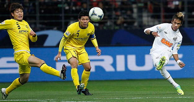 Neymar golpea el balón que sería el primer gol del Santos ante el Kashiwa, un auténtico golazo del jugador brasileño.
