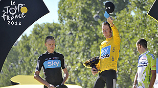 Ver v&iacute;deo  'Nibali y Froome escoltan a Wiggins en el podio'