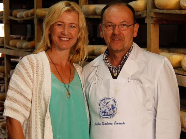 Nicolás, afinador de quesos, asegura que el viento del norte en Menorca da un sabor esepcial a este producto.
