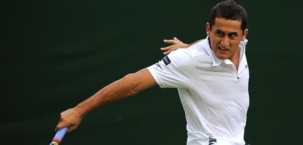 El tenista español Nicolás Almagro devuelve la pelota al belga Olivier Rochus