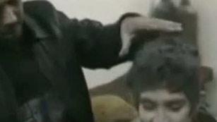 Ver vídeo  'Un niño, rescatado de entre los escombros tras un bombardeo en la ciudad siria de Homs'