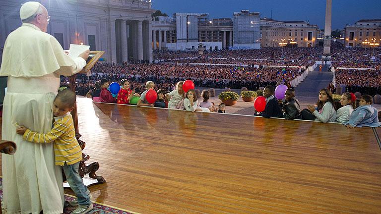 Un niño interrumpe el discurso del Papa y se sienta en su trono