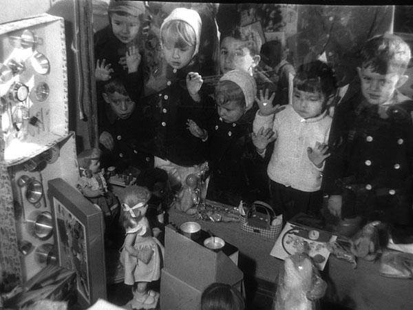 Niños mirando escaparate de juguetes. 1959