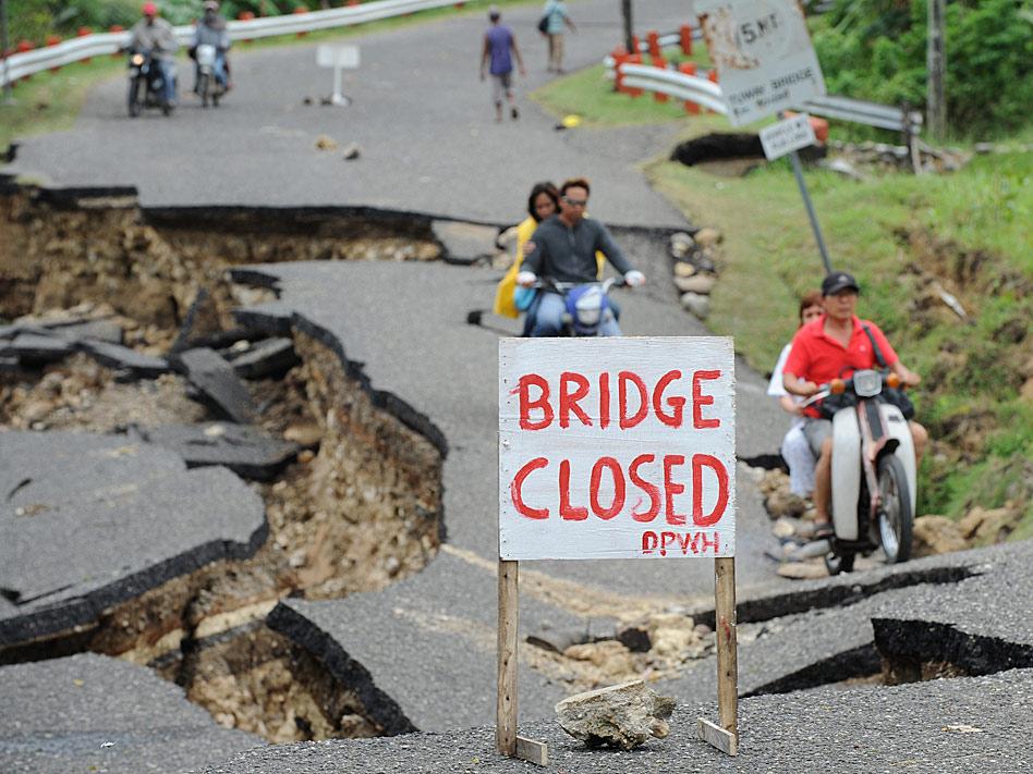 No, no se trata del decorado de una película de acción sino de el estado en el que quedó una carretera filipina tras un fortísimo terremoto que dejó decenas decenas de heridos en febrero.