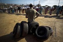 Cola de mujeres marroquíes esperando en la frontera con Melilla