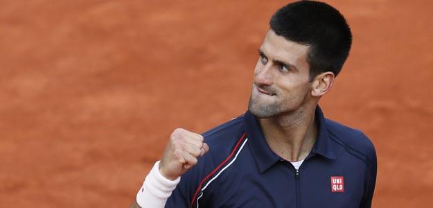 Novak Djokovic celebra frente a Roger Federer en la semifinal de Roland Garros