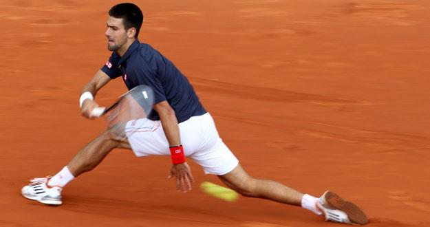 Novak Djokovic devuelve la bola a Andreas Seppi
