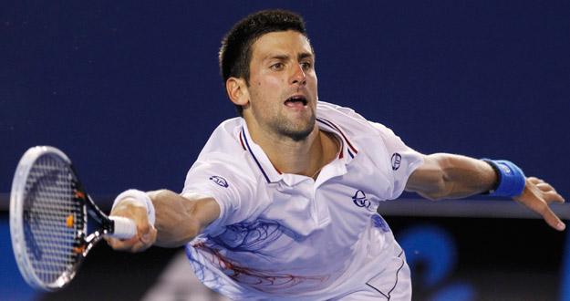 Novak Djokovic se estira para llegar a una bola de Murray durante la semifinal del Open de Australia 2012.