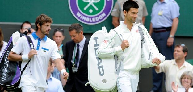 El tenista serbio Novak Djokovic (dcha) y el español Juan Carlos Ferrero (izda) a su llegada a la pista