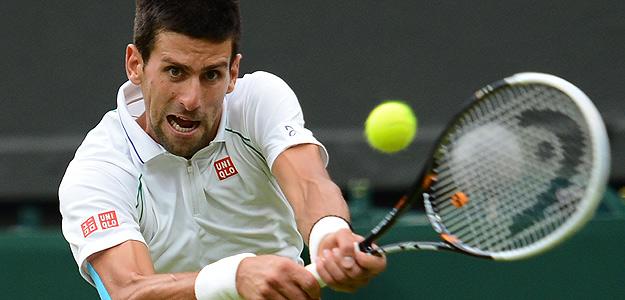 Novak Djokovic devuelve una bola a Stepanek.