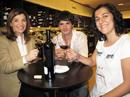 Nuestra ganadora, Alicia Bajo, aprende con Yon González cómo es una cata de vino
