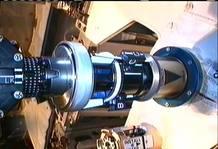 Las nuevas herramientas de Dextre en acción retirando la cubierta de una válvula.