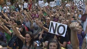 Ver vídeo  'Nueve detenidos en las protestas contra las medidas'