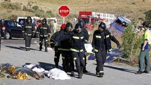 Ver vídeo  'Nueve personas mueren y cinco están heridas de gravedad por el accidente de un autobús en Ávila'