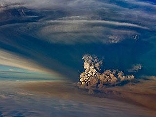 Ver v?deo  'Un nuevo volcán causa problemas en el tráfico aéreo de Islandia'