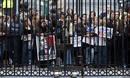 Numerosos ciudadanos muestran su apoyo al presidente Obama a las puertas de Downing Street en Londres