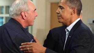Ver vídeo  'Obama conforta a las víctimas del tiroteo de Denver pero elude cuestionar la posesión de armas'