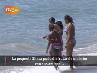 Ver v?deo  'Las Obama se dan un chapuzón en una playa de Estepona (Málaga)'
