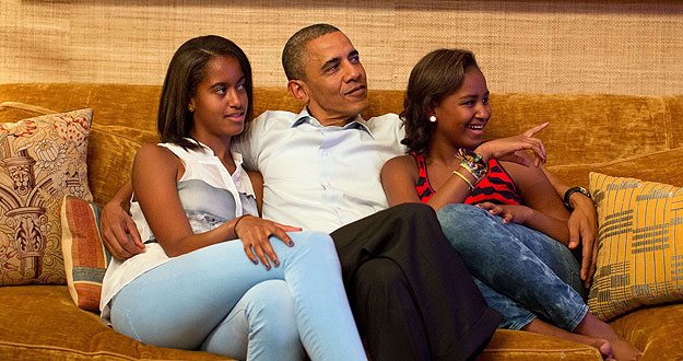 Obama sigue el discurso de su esposa en la Convención Demócrata junto a sus hijas