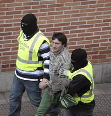 Agentes de la Guardia Civil conducen a José Miguel Almandoz, detenido junto con otras siete personas en la operación contra ETA