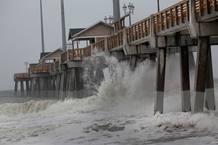 Las olas chocan contra un muelle en Kill Devil Hills, Carolina del Norte.
