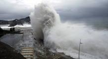 El oleaje rompe contra el paseo Nuevo de San Sebastián en pleno temporal