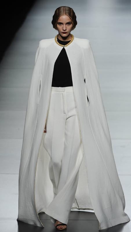 Oliva cambia los abrigos por una elegantísima capa de algodón y lino en blanco.