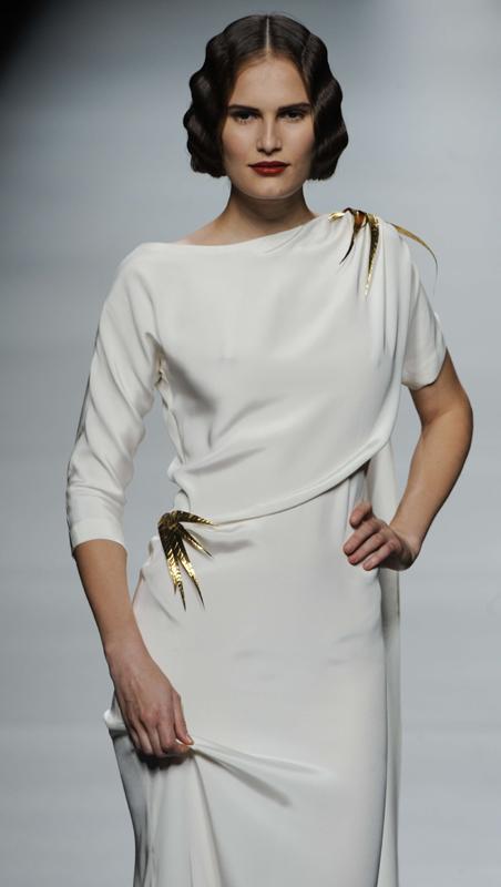 Oliva ha creado vestidos envolventes, de patrón genial y tejidos trabajados.