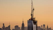 Ir al Video El One World Center de Nueva York ya tiene su antena