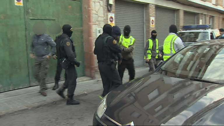 Golpe policial en Barcelona a una red internacional de falsificaci&oacute;n de documentos