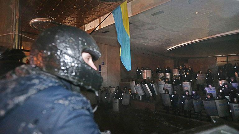 La oposición ucraniana asalta el edificio de los antidisturbios después de romper la tregua